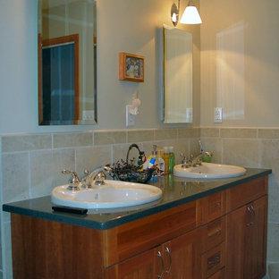 Ispirazione per una stanza da bagno con doccia classica di medie dimensioni con ante in stile shaker, ante in legno bruno, WC monopezzo, piastrelle beige, piastrelle in ceramica, pareti beige, lavabo da incasso e top in zinco