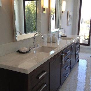 Inspiration för ett litet vintage en-suite badrum, med släta luckor, skåp i mörkt trä, en dusch/badkar-kombination, en toalettstol med separat cisternkåpa, beige kakel, stickkakel, vita väggar, marmorgolv, ett undermonterad handfat och marmorbänkskiva
