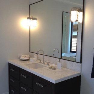 Idéer för att renovera ett litet vintage en-suite badrum, med släta luckor, skåp i mörkt trä, en dusch/badkar-kombination, en toalettstol med separat cisternkåpa, beige kakel, stickkakel, vita väggar, marmorgolv, ett undermonterad handfat och marmorbänkskiva