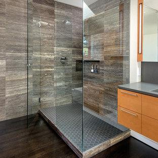 ヒューストンの大きいコンテンポラリースタイルのおしゃれなバスルーム (浴槽なし) (フラットパネル扉のキャビネット、オレンジのキャビネット、オープン型シャワー、壁掛け式トイレ、茶色いタイル、磁器タイル、白い壁、濃色無垢フローリング、一体型シンク、ソープストーンの洗面台、茶色い床、開き戸のシャワー、グレーの洗面カウンター) の写真