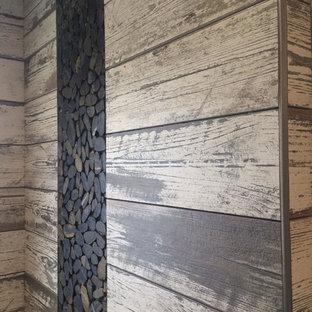 Diseño de cuarto de baño principal, campestre, de tamaño medio, sin sin inodoro, con paredes marrones