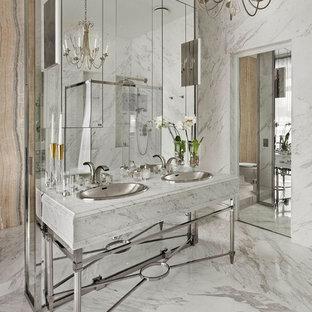 Идея дизайна: большая ванная комната в современном стиле с мраморной плиткой, мраморным полом, мраморной столешницей, белыми стенами, белым полом, угловым душем и накладной раковиной