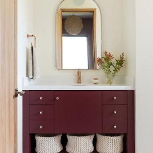 Idee per una stanza da bagno rustica con ante lisce, ante rosse, top in quarzo composito, pareti bianche, lavabo sottopiano, pavimento grigio e top bianco