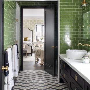 Свежая идея для дизайна: детская ванная комната среднего размера в стиле современная классика с фасадами в стиле шейкер, черными фасадами, душем в нише, унитазом-моноблоком, зеленой плиткой, керамогранитной плиткой, зелеными стенами, мраморным полом, настольной раковиной, столешницей из искусственного кварца, разноцветным полом и душем с распашными дверями - отличное фото интерьера
