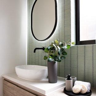 Inredning av ett modernt mellanstort beige beige en-suite badrum, med skåp i ljust trä, grön kakel, släta luckor, stickkakel, vita väggar, ett fristående handfat och träbänkskiva
