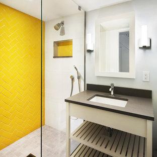 Ejemplo de cuarto de baño con ducha, actual, pequeño, con lavabo bajoencimera, armarios abiertos, puertas de armario blancas, encimera de cuarzo compacto, ducha abierta, baldosas y/o azulejos amarillos, baldosas y/o azulejos de cerámica, paredes grises y suelo de pizarra