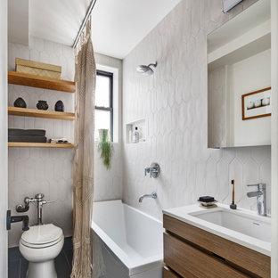 Inspiration för ett funkis vit vitt badrum, med släta luckor, skåp i mörkt trä, ett hörnbadkar, en dusch/badkar-kombination, vit kakel, keramikplattor, vita väggar, ljust trägolv, ett undermonterad handfat, bänkskiva i kvarts, svart golv och dusch med duschdraperi