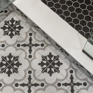 Foto di una piccola stanza da bagno padronale industriale con ante in stile shaker, ante con finitura invecchiata, piastrelle bianche, piastrelle in gres porcellanato, pavimento in gres porcellanato, lavabo sottopiano, top in quarzo composito e top bianco