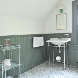 Esempio di una stanza da bagno con doccia classica con ante verdi, pareti verdi, lavabo a consolle, ante con riquadro incassato, doccia alcova, WC a due pezzi, piastrelle verdi e pavimento in marmo