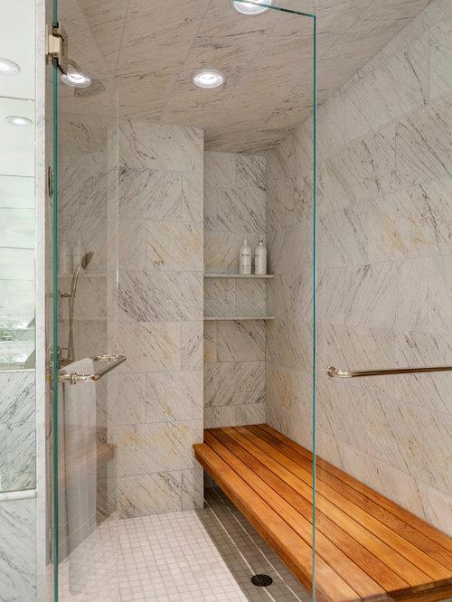 Stanza da bagno con pavimento con piastrelle a mosaico e for Piastrelle bianche pavimento