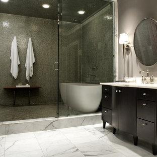 Foto de cuarto de baño contemporáneo con bañera exenta