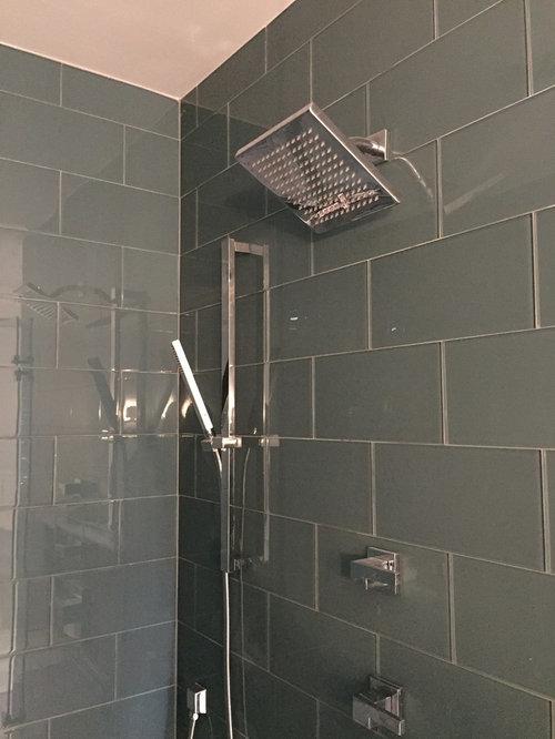 Salle de bain avec un placard porte persienne et un wc for Porte de placard salle de bain