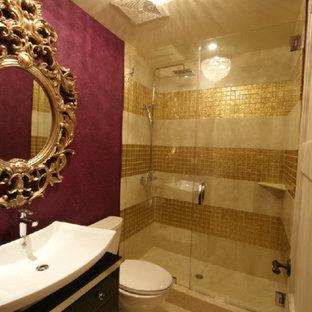Ispirazione per una stanza da bagno con doccia eclettica di medie dimensioni con lavabo a bacinella, ante lisce, ante in legno bruno, top in legno, doccia alcova, WC a due pezzi, piastrelle di vetro, pavimento in marmo, piastrelle gialle e pareti rosa
