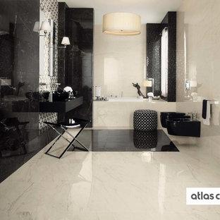 Modernes Badezimmer mit Porzellanfliesen, schwarzer Wandfarbe und Porzellan-Bodenfliesen in Sonstige