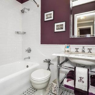 Inspiration pour une salle de bain traditionnelle de taille moyenne avec un lavabo encastré, un plan de toilette en marbre, une baignoire en alcôve, un WC à poser, un carrelage blanc, un mur violet et un sol en marbre.