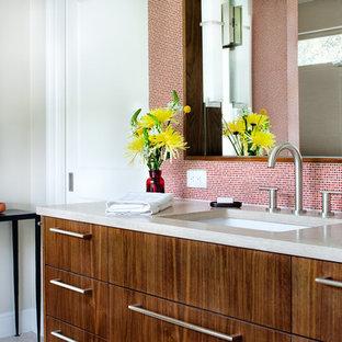 Foto di una stanza da bagno padronale design con lavabo sottopiano, ante lisce, ante in legno scuro, top in pietra calcarea, piastrelle rosse, piastrelle in ceramica e pareti bianche