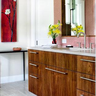Ispirazione per una stanza da bagno padronale contemporanea con piastrelle a mosaico, lavabo sottopiano, ante lisce, ante in legno scuro, top in pietra calcarea, piastrelle rosse, pareti bianche e pavimento in travertino