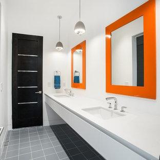 Modernes Badezimmer mit flächenbündigen Schrankfronten, weißen Schränken, weißer Wandfarbe, Unterbauwaschbecken und grauem Boden in Salt Lake City