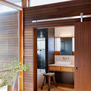 シアトルのコンテンポラリースタイルのおしゃれな浴室 (ベッセル式洗面器、フラットパネル扉のキャビネット、淡色木目調キャビネット) の写真