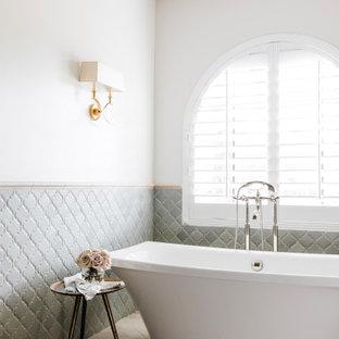 Пример оригинального дизайна: главная ванная комната среднего размера в средиземноморском стиле с фасадами с утопленной филенкой, синими фасадами, отдельно стоящей ванной, душем в нише, полом из известняка, мраморной столешницей, душем с распашными дверями, тумбой под две раковины, встроенной тумбой и кессонным потолком