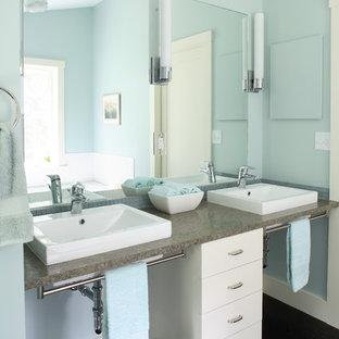 Modelo de cuarto de baño contemporáneo con lavabo sobreencimera, armarios con paneles lisos, puertas de armario blancas, baldosas y/o azulejos grises y encimeras marrones