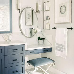 Ispirazione per una stanza da bagno padronale tradizionale di medie dimensioni con ante in stile shaker, ante blu, vasca sottopiano, doccia ad angolo, piastrelle di marmo, pareti grigie, pavimento in marmo, lavabo sottopiano, top in quarzo composito, porta doccia a battente, top bianco e pavimento bianco