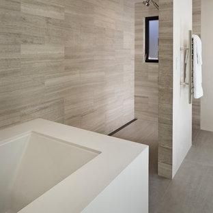 Modern inredning av ett stort en-suite badrum, med ett undermonterat badkar, en hörndusch, brun kakel, porslinskakel, bruna väggar, klinkergolv i porslin, grått golv och med dusch som är öppen