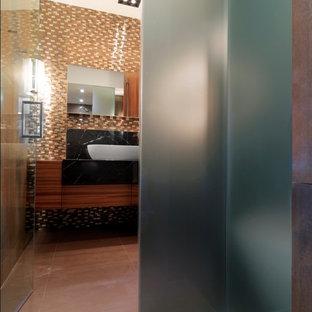 Ejemplo de cuarto de baño rústico con lavabo sobreencimera y baldosas y/o azulejos multicolor