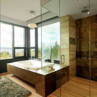 Idéer för mycket stora rustika en-suite badrum, med ett platsbyggt badkar, släta luckor, bruna skåp, en hörndusch, en toalettstol med separat cisternkåpa, mellanmörkt trägolv, ett undermonterad handfat och med dusch som är öppen