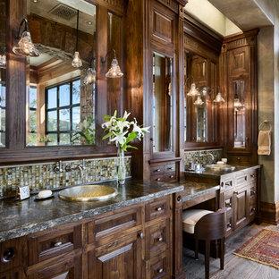 Uriges Badezimmer mit Einbauwaschbecken, profilierten Schrankfronten und dunklen Holzschränken in Sonstige
