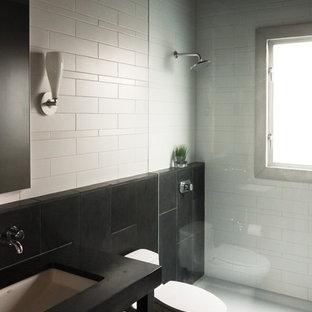 Kleines Modernes Duschbad mit offenen Schränken, schwarzen Schränken, bodengleicher Dusche, Toilette mit Aufsatzspülkasten, schwarz-weißen Fliesen, Keramikfliesen, beiger Wandfarbe, Schieferboden, Unterbauwaschbecken und Speckstein-Waschbecken/Waschtisch in Seattle