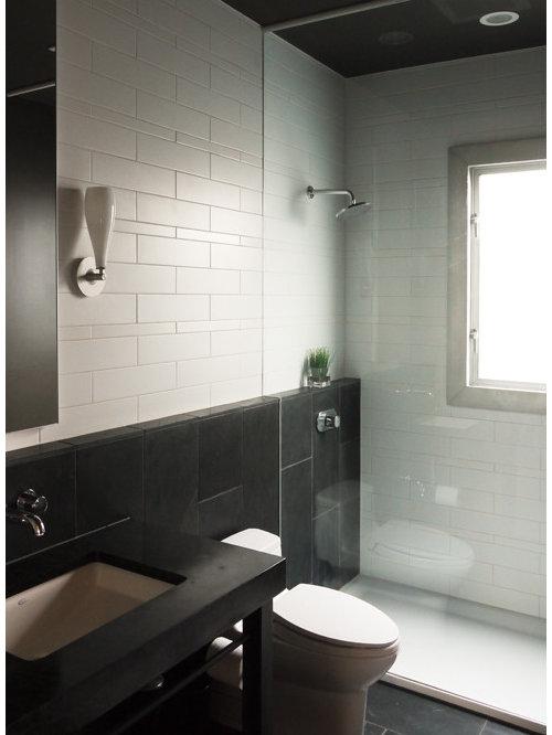 Salle de bain avec un sol en ardoise et un carrelage noir et blanc ...