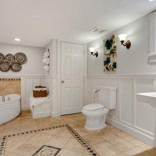 Großes Rustikales Badezimmer mit Schrankfronten mit vertiefter Füllung, weißen Schränken, Eckbadewanne, weißen Fliesen, weißer Wandfarbe, Keramikboden, weißem Boden, Duschvorhang-Duschabtrennung und weißer Waschtischplatte in Seattle