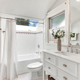 Idéer för stora amerikanska vitt en-suite badrum, med vita skåp, en dusch/badkar-kombination, vit kakel, klinkergolv i keramik, vitt golv, dusch med duschdraperi, möbel-liknande, ett badkar i en alkov, en toalettstol med separat cisternkåpa, keramikplattor, grå väggar och ett undermonterad handfat