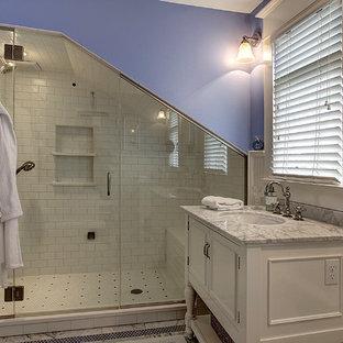 Ispirazione per una sauna classica di medie dimensioni con lavabo sottopiano, consolle stile comò, ante bianche, top in marmo, WC a due pezzi, piastrelle bianche, piastrelle diamantate e pareti viola