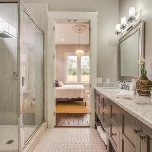 Inspiration för ett litet vintage en-suite badrum, med skåp i shakerstil, grå skåp, en hörndusch, en toalettstol med separat cisternkåpa, grå kakel, keramikplattor, grå väggar, mosaikgolv, ett undermonterad handfat och marmorbänkskiva