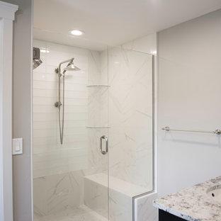 Immagine di una stanza da bagno padronale vittoriana di medie dimensioni con ante in stile shaker, ante nere, doccia doppia, WC monopezzo, piastrelle blu, piastrelle di vetro, pareti grigie, pavimento con piastrelle in ceramica, lavabo sottopiano e top in granito