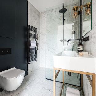 ロンドンの小さいコンテンポラリースタイルのおしゃれなバスルーム (浴槽なし) (フラットパネル扉のキャビネット、青いキャビネット、オープン型シャワー、一体型トイレ、モノトーンのタイル、大理石タイル、グレーの壁、大理石の床、コンソール型シンク、グレーの床、オープンシャワー) の写真
