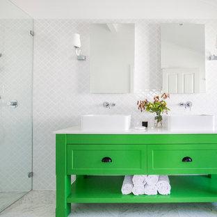 Inspiration för ett stort vintage en-suite badrum, med skåp i shakerstil, gröna skåp, en kantlös dusch, vit kakel, vita väggar, ett fristående handfat, keramikplattor, marmorgolv och bänkskiva i kvarts