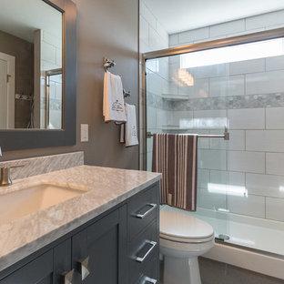 Ispirazione per una stanza da bagno padronale american style di medie dimensioni con consolle stile comò, ante grigie, doccia aperta, WC a due pezzi, piastrelle grigie, piastrelle in ceramica, pareti grigie, pavimento con piastrelle in ceramica, lavabo da incasso e top in marmo