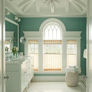 Пример оригинального дизайна: большая главная ванная комната в морском стиле с фасадами в стиле шейкер, белыми фасадами, белой плиткой, керамогранитной плиткой, синими стенами, полом из керамогранита, врезной раковиной и столешницей из кварцита