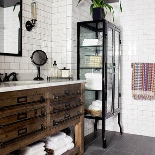 Пример оригинального дизайна: ванная комната в стиле современная классика с полом из керамической плитки, врезной раковиной, мраморной столешницей, белой плиткой, плиткой кабанчик, черными стенами и плоскими фасадами
