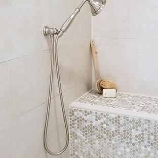 Пример оригинального дизайна: главная ванная комната среднего размера в стиле кантри с фасадами островного типа, искусственно-состаренными фасадами, отдельно стоящей ванной, открытым душем, унитазом-моноблоком, бежевой плиткой, керамогранитной плиткой, белыми стенами, кирпичным полом, врезной раковиной, столешницей из талькохлорита, разноцветным полом, открытым душем и серой столешницей