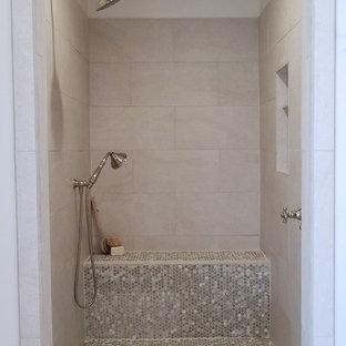 Modelo de cuarto de baño principal, campestre, de tamaño medio, con armarios tipo mueble, puertas de armario con efecto envejecido, bañera exenta, ducha abierta, sanitario de una pieza, baldosas y/o azulejos beige, baldosas y/o azulejos de porcelana, paredes blancas, suelo de ladrillo, lavabo bajoencimera, encimera de esteatita, suelo multicolor, ducha abierta y encimeras grises