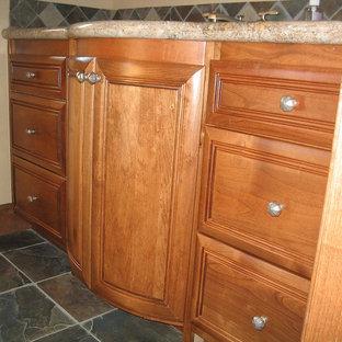 Cette image montre une petit salle de bain traditionnelle avec un placard en trompe-l'oeil, des portes de placard en bois brun, un carrelage noir, un carrelage marron, un carrelage gris, un carrelage vert, du carrelage en ardoise, un mur beige, un sol en ardoise, un lavabo encastré, un plan de toilette en granite, un sol multicolore et aucune cabine.