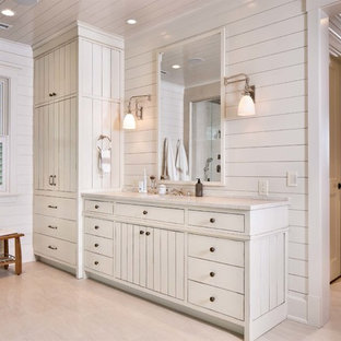 Foto di un'ampia stanza da bagno padronale shabby-chic style con lavabo sottopiano, consolle stile comò, ante bianche, top in marmo, vasca freestanding, doccia ad angolo, WC a due pezzi, pareti bianche e parquet chiaro