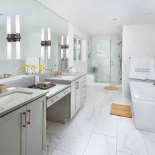 Foto di una stanza da bagno classica con ante in stile shaker, ante grigie, vasca freestanding, pareti bianche, lavabo sottopiano, pavimento bianco, top grigio e due lavabi