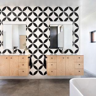 Idee per una grande stanza da bagno padronale scandinava con ante lisce, ante in legno chiaro, pavimento in cemento, top in marmo, pavimento grigio, top bianco, piastrelle nere, pistrelle in bianco e nero, piastrelle multicolore, piastrelle bianche e pareti bianche