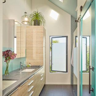 Diseño de cuarto de baño abovedado, contemporáneo, con armarios con paneles lisos, puertas de armario beige, paredes blancas, lavabo bajoencimera, suelo gris y encimeras grises