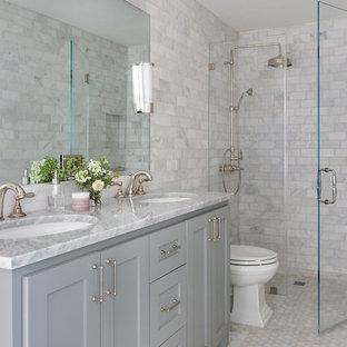 Esempio di una piccola stanza da bagno classica con ante in stile shaker, ante blu, doccia a filo pavimento, WC monopezzo, piastrelle grigie, piastrelle di marmo, pavimento in marmo, lavabo sottopiano, top in marmo, pavimento grigio, porta doccia a battente e top grigio